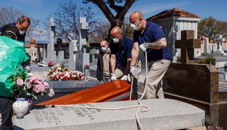 دفن کردن افراد کرونایی